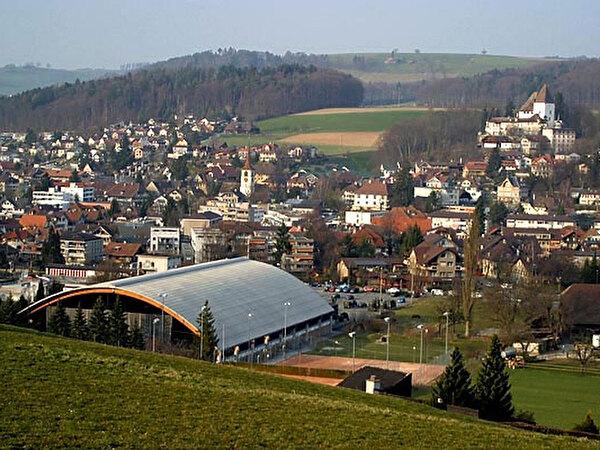 Die Eishalle im Worb mit der Tennisanlage