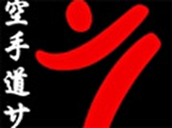 Rotes Karatelogo auf Schwarz