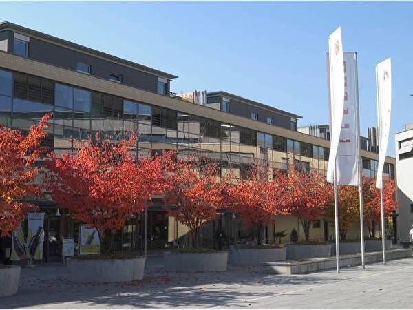 Das Bàrenzentrum Worb mit den herbstlich roten Bäumen
