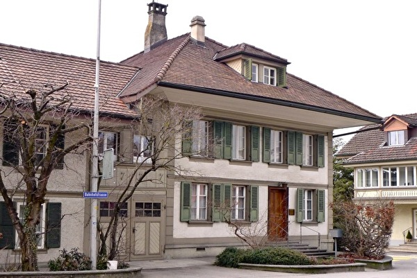 Wohnhaus mit Arztpraxis (Foto Monica Cloetta 2013)