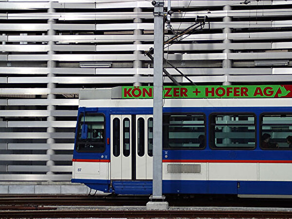 Der neue Bahnhof mit dem blauen Bähnli