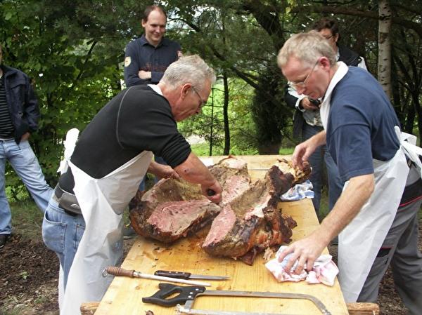 Die Sau wird mit Säge und Messer zerlegt