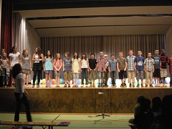 Alle Schüler auf der Bühne der Turnhalle Densbüren