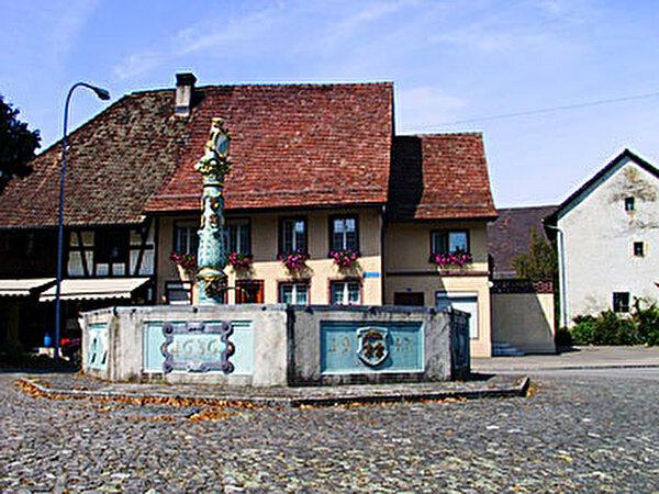 Dorfplatz mit Löwenbrunnen