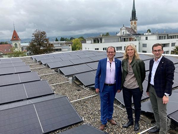 Georges Helfenstein, Manuela Hotz und Drin Alaj vor einer Photovoltaik-Anlage