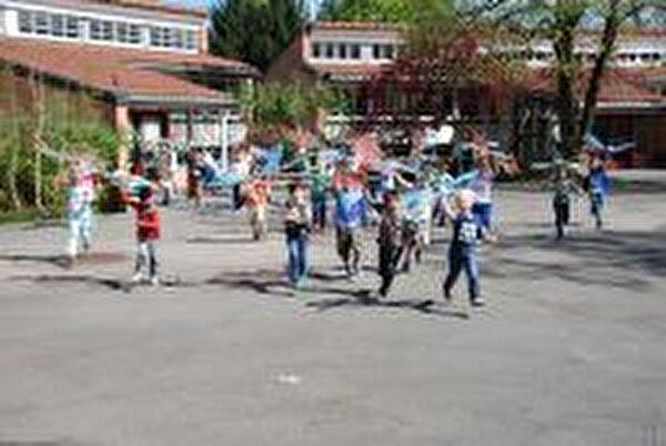 Schüler vor dem Schulhaus Städtli