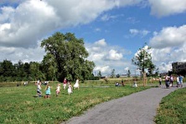 Spielende Kinder im Lorzenpark