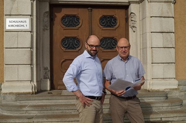 Die Gemeinderäte Arno Grüter und Rolf Ineichen vor dem Schulhaus Kirchbühl