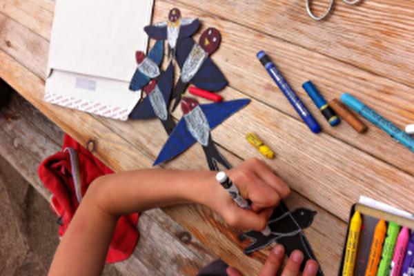 image d'un enfant qui dessine