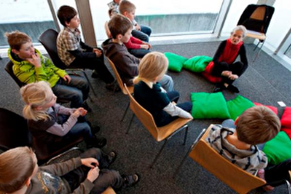 sénior avec des enfants au musée gruérien