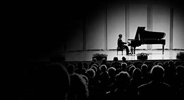 Personne jouant du piano