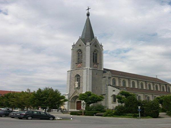 église avec arbre et ciel voilée