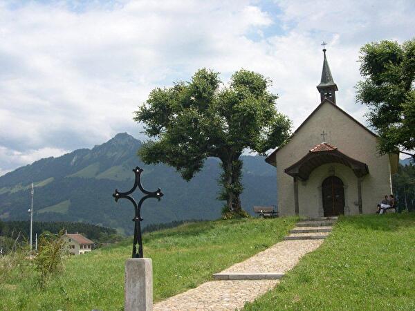 chapelle avec arbre et montagne