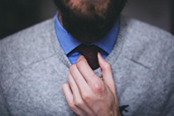 homme avec une cravate