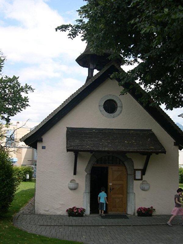 chapelle avec arbre et buisson
