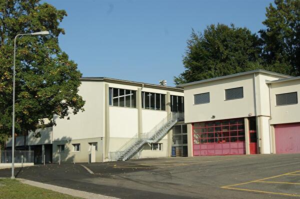 Sicht auf alte Turnhalle mit Feuerwehrmagazin