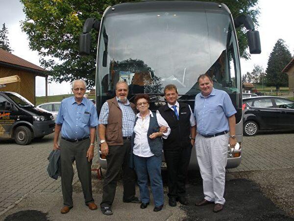 Gemeindepräsident, Chauffeur und drei Teilnehmer vor dem Car