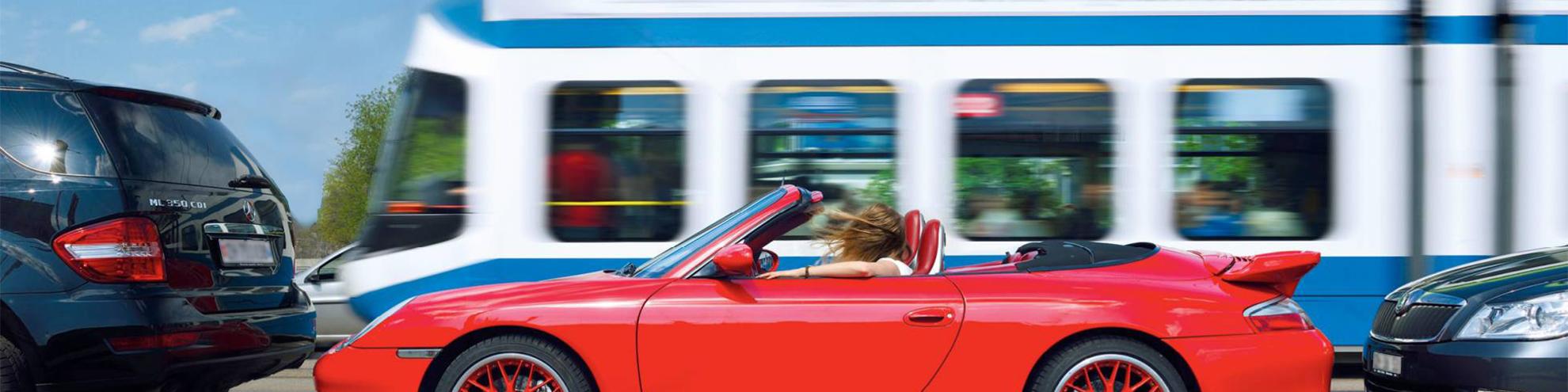 Verschiedene Verkehrsteilnehmer, Auto und öffentlicher Verkehr