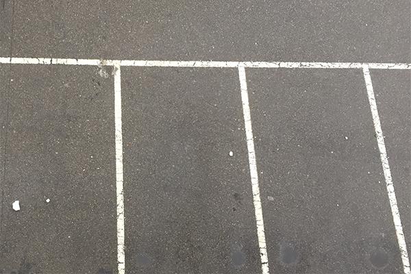 Parkplätze vor dem Gemeindehaus