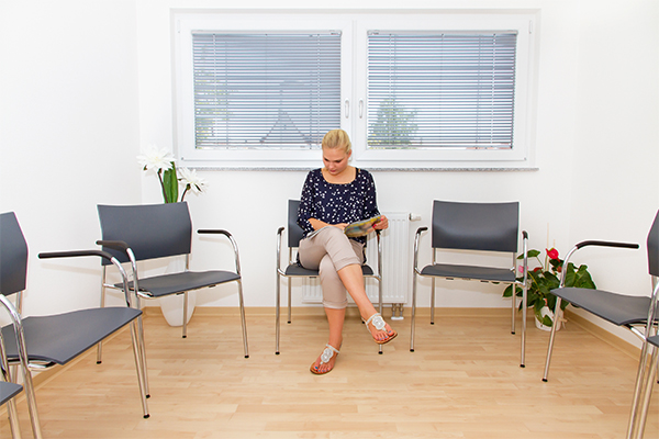Person im Wartezimmer einer Praxis