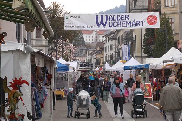 Der Walder Frühlingsmarkt als Zeltstadt mit blühenden Bäumen