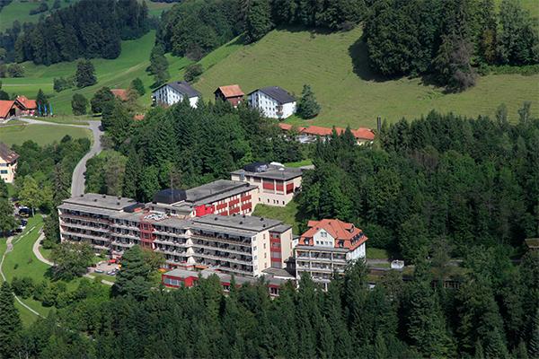 Vom Faltigberg aus öffnet sich ein Panorama bis ins Linthgebiet