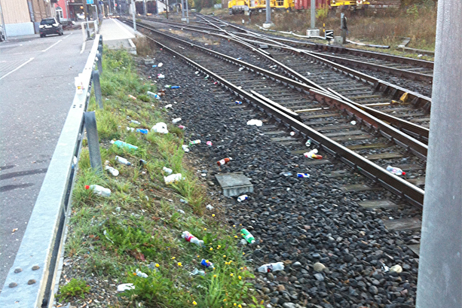 Herumliegender Abfall beim Bahnhof Wald ZH