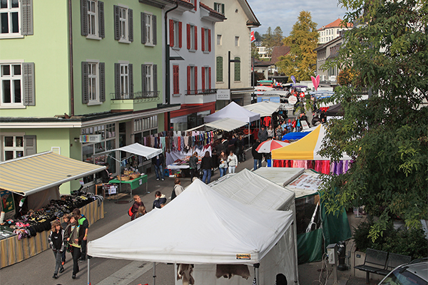 Herbstmarkt an der Bahnhofstrasse in Wald ZH