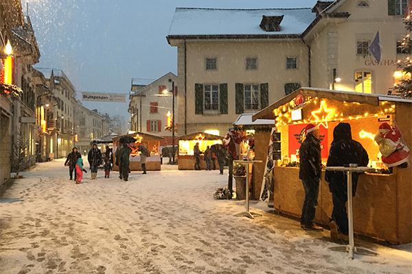 Der Walder Weihnachtsmarkt an der Bahnhofstrasse mit seinen typischen Holzhütten