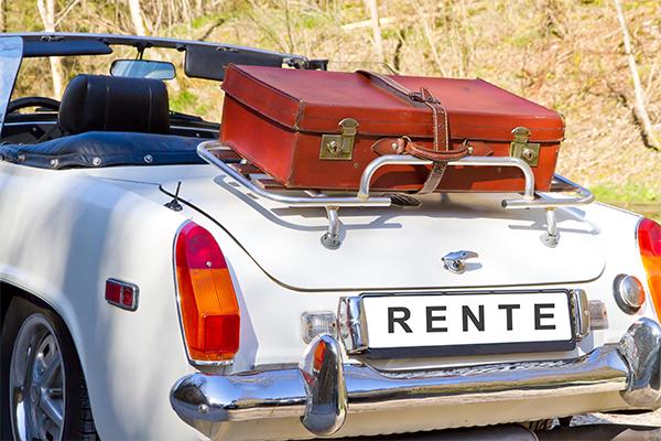 Auto mit Koffer und Nummernschild «Rente»