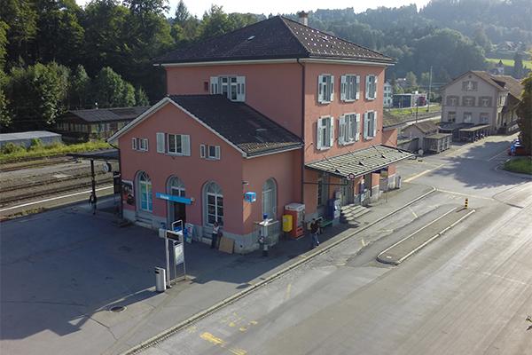 Buswartezone am Bahnhof Wald ZH