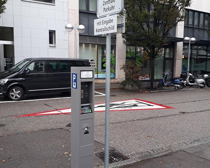 An der erneuerten Parkuhr an der Dornacherstrasse werden künftig neben Parkvorgängen auch Tagesbewilligungen bezogen werden können.