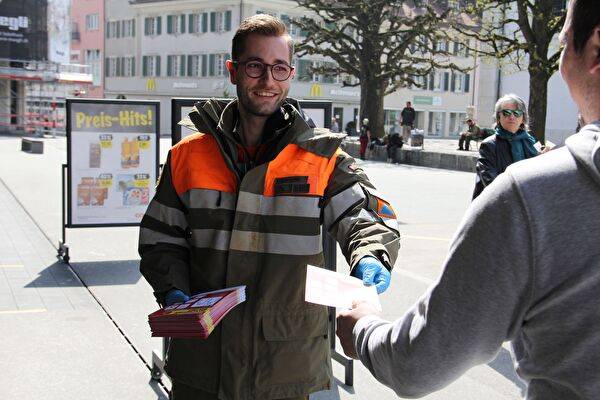 Zivilschützer verteilen Flugblätter zur Corona-Sensibilisierung