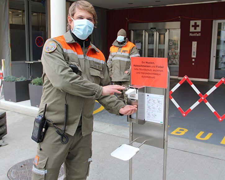 Zivilschützer kontrollieren Eingänge des Kantonsspitals Olten