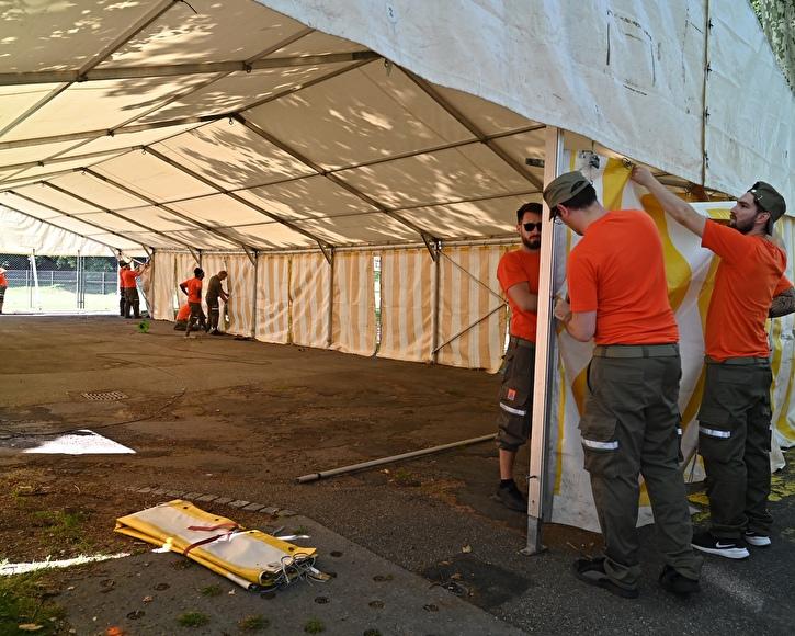 Die Zivilschützer helfen beim Aufbau eines Zelts.