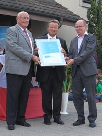 Übergabe Energiestadt-Label durch Markus Kägi und Reto Lindegger an Gemeindepräsident Marco Kurer