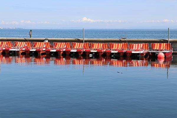 Foto Pedalo und Motorboot auf dem Bodensee