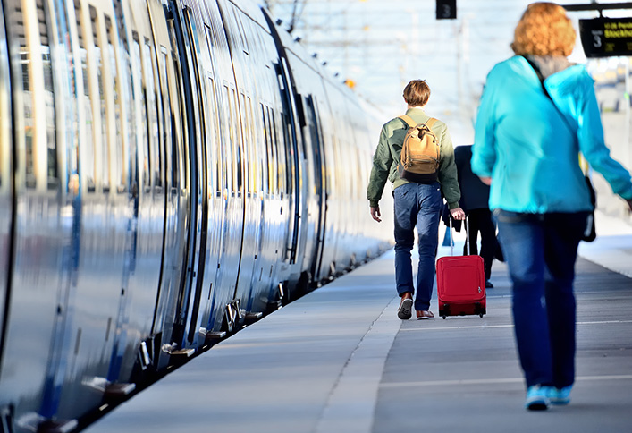 Photo d'un quai de gare et d'un train