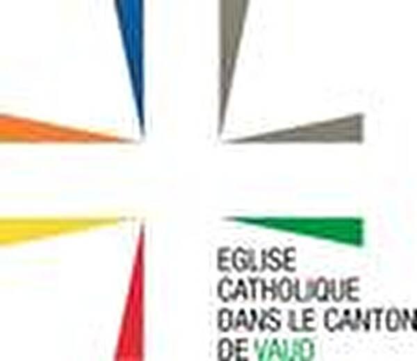 croix chrétienne de couleur orange, jaune, rouge, vert, gris et bleu