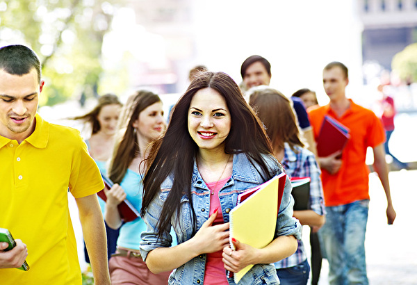 Image d'étudiants marchant dans la rue