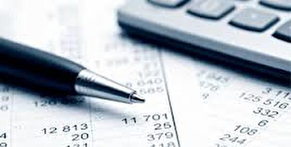 stylo et machine à calculer sur feuille de comptes