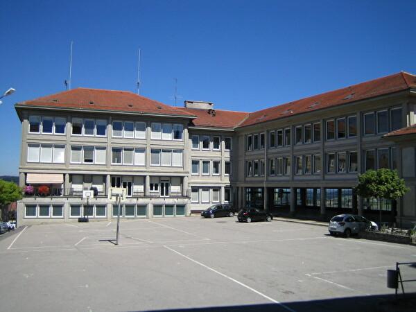 cour et bâtiment scolaire rue de l'Eglise 104