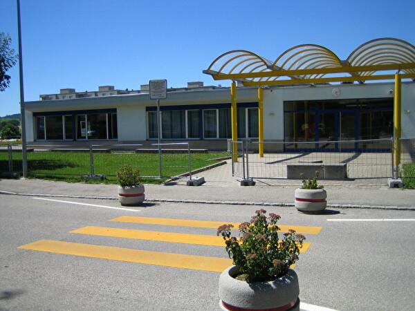 entrée du bâtiment de l'école de la Condémine