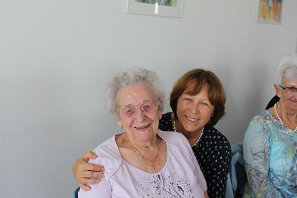 Die 95-jährige Jubilarin Berta Grüter mit Käthy Ruckli