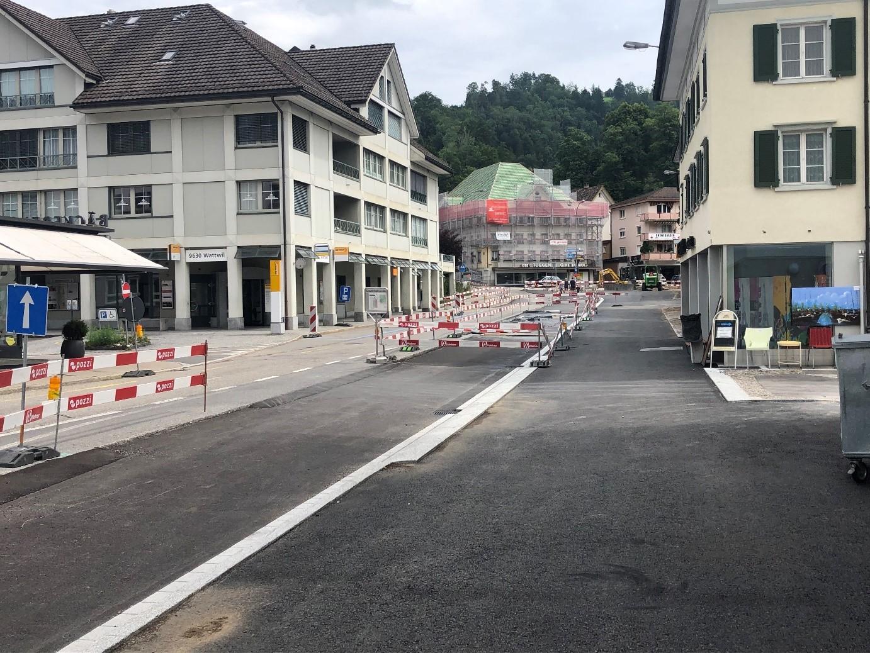 Blick auf den fertigen Rohbau der Poststrasse Ost bis zum Dorfplatz.