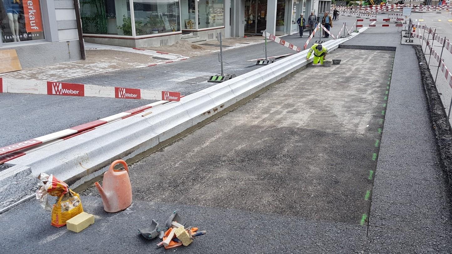 In der Bushaltestelle an der Poststrasse wird in den nächsten Tagen eine massive Betonplatte eingebaut.