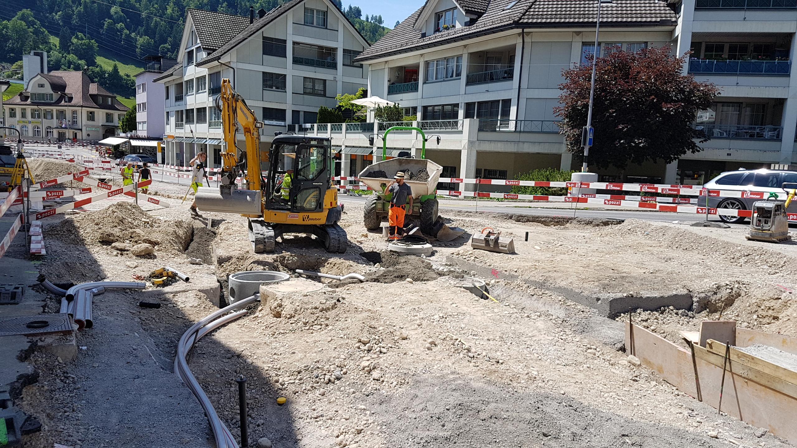 An der Poststrasse werden die Randsteine verlegt und die Vorbereitungsarbeiten für den neuen Standort des «Fär-berbrunnens» getroffen.