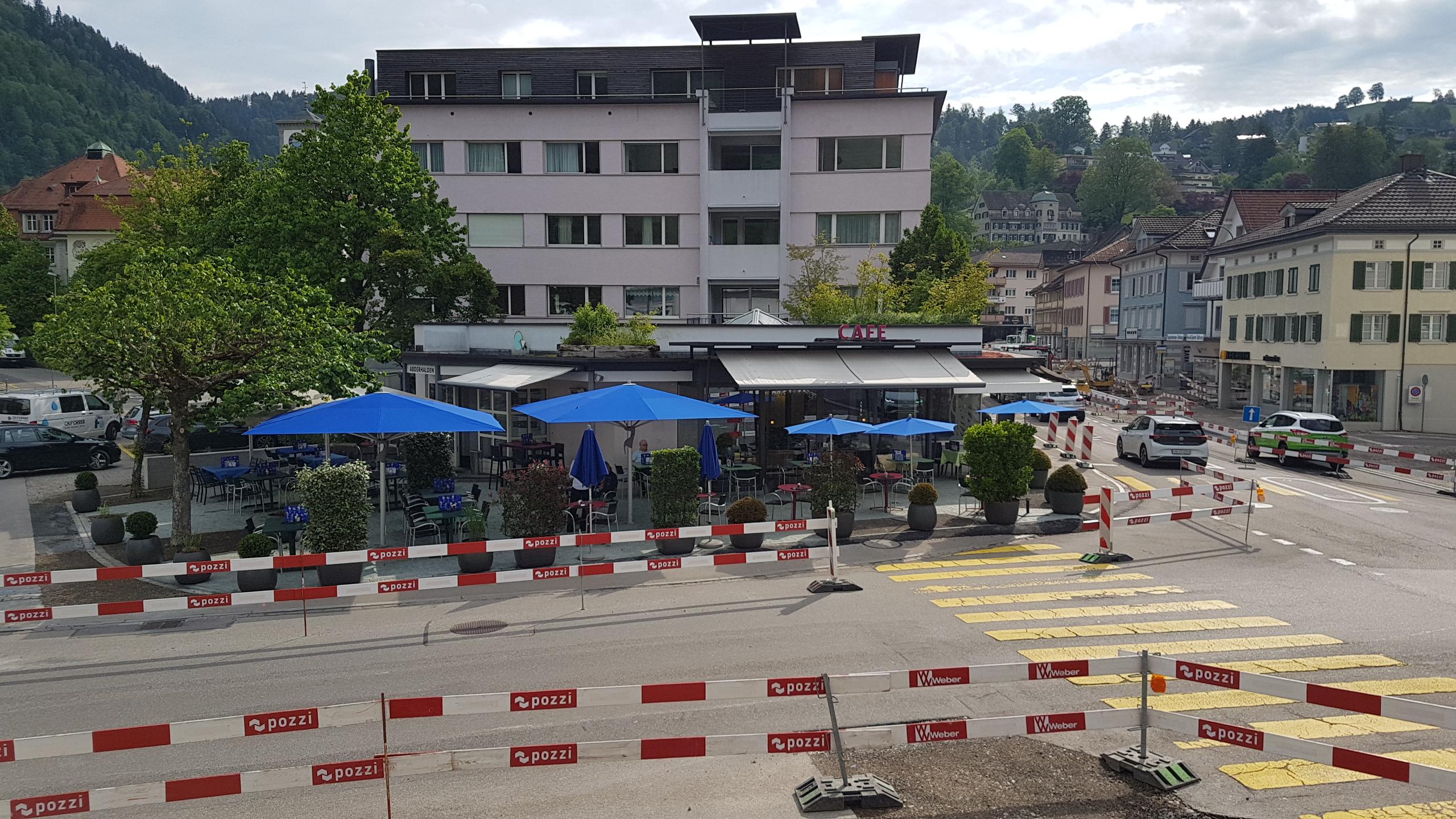 Pünktlich zum Sommeranfang wurde die Terrasse im Café Abderhalden fertig.