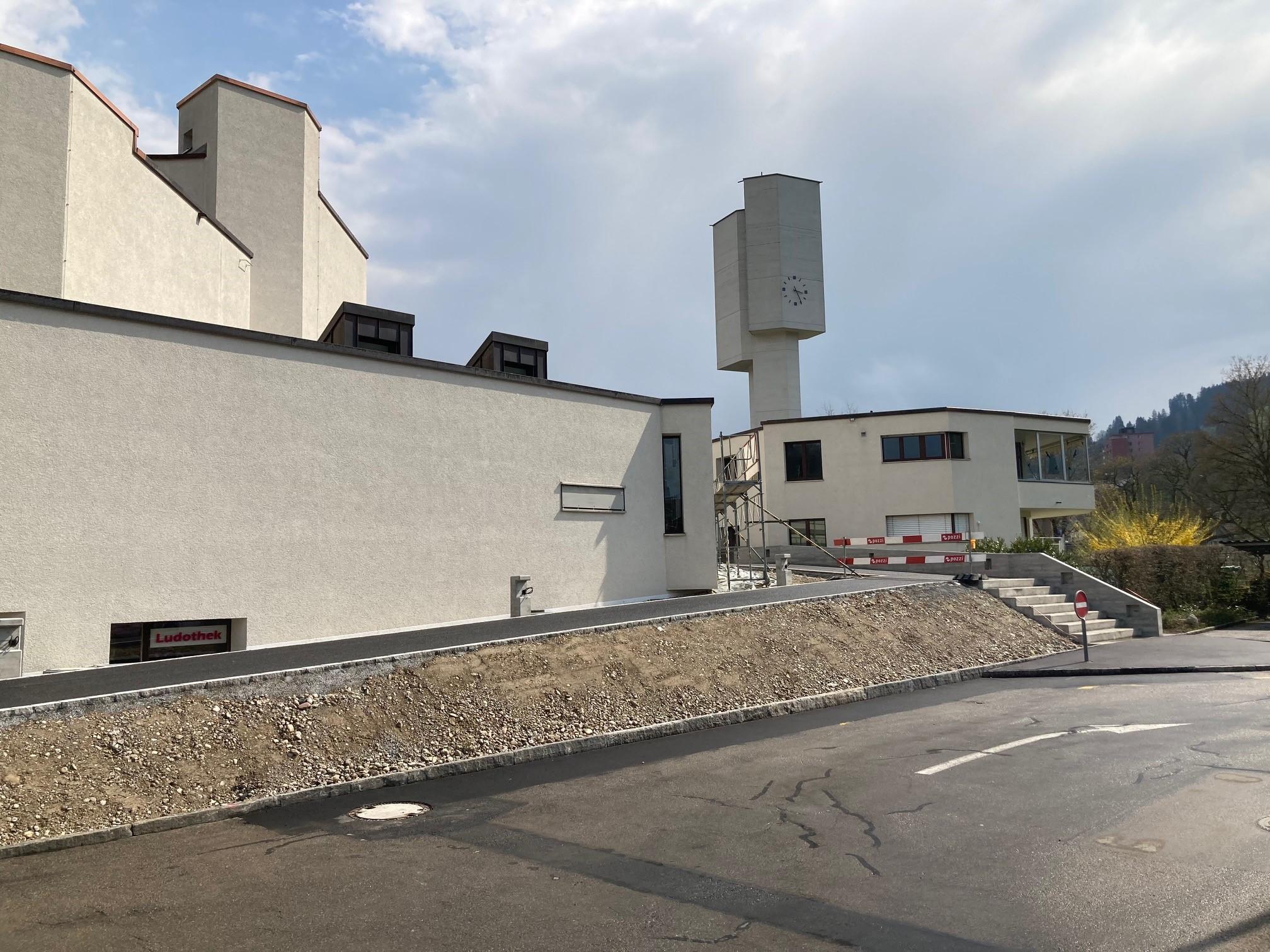 Die neue Kirchenrampe beim Gemeindehaus Parkplatz kann benutzt werden.