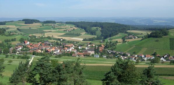 Ansicht Dorf Mandach vom Rotberg her mit Fernsicht in den Schwarzwald